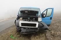 Po kotrmelcích skončil v příkopu řidič s modrou dodávkou u Hostěradic.