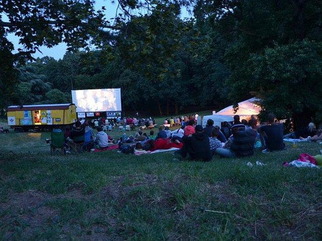 Čadíkův kinematograf zajíždí vždy v první polovině července do Višňového na Znojemsku. v Letní kino se promění zámecký park.