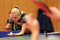 Stolní tenistky Moravského Krumlova (v šedočerných dresech s písmeny MK) v sobotu prohrály s hráčkami Gumotexu Břeclav 1:6.