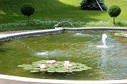 Opravená a funkční kašna s jezírkem a lekníny v Jubilejním parku ve Znojmě.
