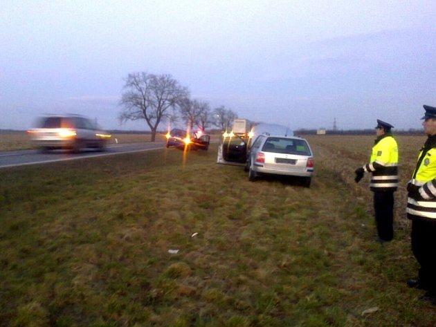 Bezohledný řidič vytlačil auto do příkopu.