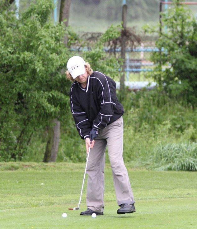 O pohár a Zlaté týčko Znojemských strojíren bojovali golfisté v sobotu za vytrvalého deště na hřišti v Těšeticích, které je nově znormované.