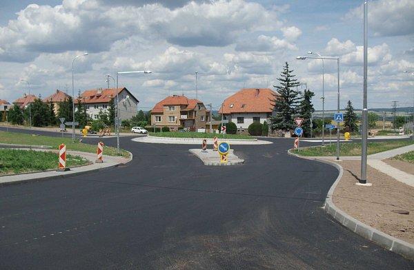 Nový průtah Polánkou přišel na 77milionů a silnice získala inový kruhový objezd.