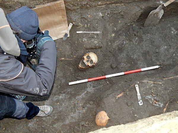 Výstavba kanalizace odkryla kosterní pozůstatky.