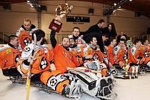 Devětadvacetiletý sledge hokejový gólman Jan Matoušek (s pohárem) oslavil svůj druhý titul mistra České republiky.
