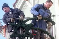 Znojmo bude mít i letos tradičně vánočně vyzdobené ulice. Světelné ozdoby budou na 328 místech. V těchto dnech je instalují pracovníci Správy nemovitostí města Znojma.