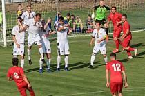 Tasovičtí fotbalisté (v bílém) vyhráli v neděli nad celkem Staré Říše 4:1.