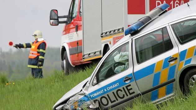 Policejní Oktávie se střetla s dodávkou na hlavním tahu ze Znojma do Prahy u Olbramkostela.