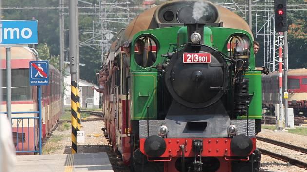 Nostalgickou vyjížďku parním vlakem z Moravského Krumlova do Znojma a Šatova uspořádali členové Spolku pro veřejnou dopravu na jihozápadní Moravě.