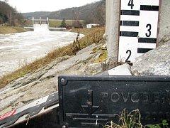 Zvednutá hladina Dyje pod znojemskou přehradou.