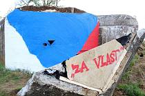 Uříznutý řopík nyní zdobí namalovaná česká vlajka.