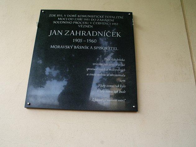 Měsíce, které za zdmi znojemské věznice před šedesáti lety strávil nespravedlivě stíhaný básník Jan Zahradníček, připomíná pamětní deska.