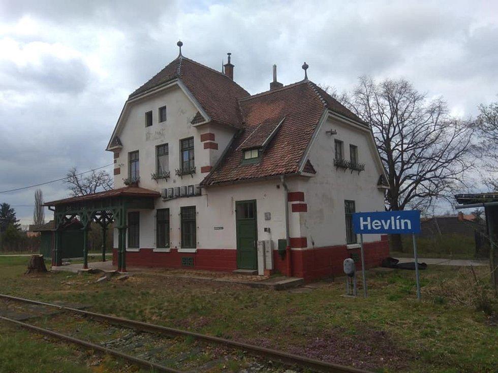 Martin Kouřil je správcem Místní dráhy na trati Hevlín - Hrušovany nad Jevišovkou. Splnil se mu sen. Na snímku nádraží Hevlín.