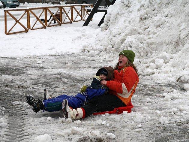 Děti si užívaly zimních radovánek. Dováděly na sáňkách, bobech i kánoi.