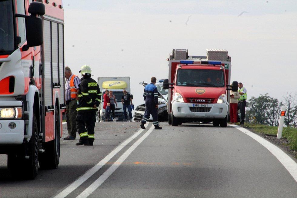 Tři osobní auta a jedno nákadní se srazilo při pondělní nehodě na sinici číslo 53 mezi Znojmem a Lechovicemi.