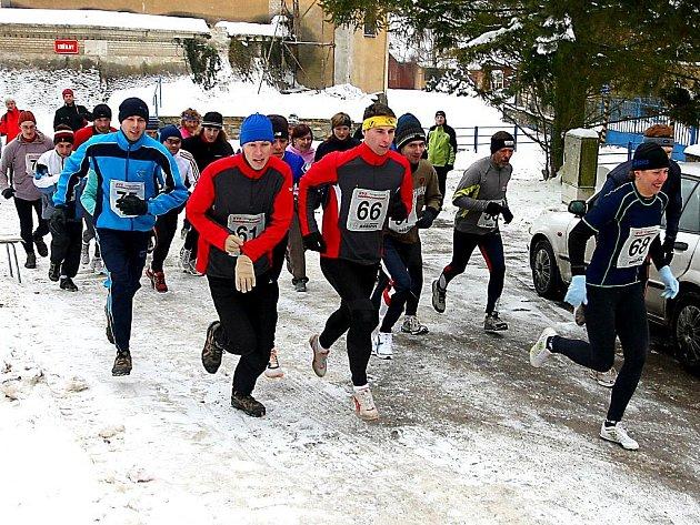Závodníci Znovín-krosu musí často běhat v nelehkých podmínkách.