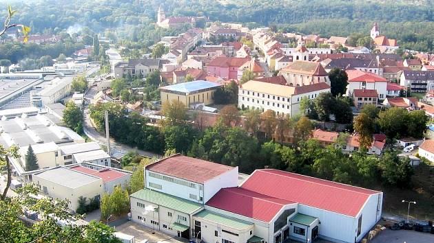 Centrum Moravského Krumlova a Vertex (haly vlevo dole).
