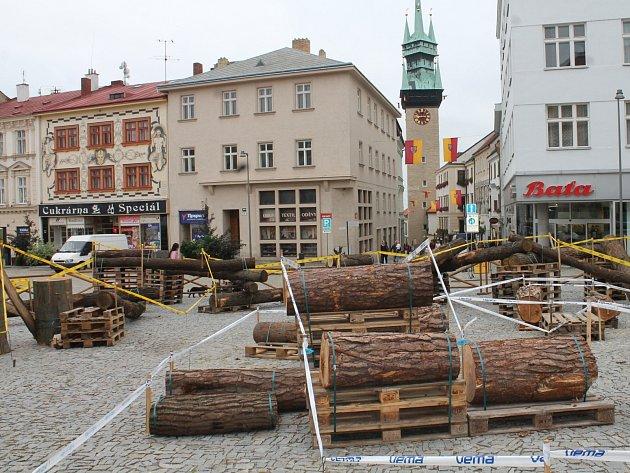 Horní náměstí ve Znojmě zaplnily překážky, na kterých předvedou o víkendu biaktrialisté své umění. Znojmo bude totiž hostitelem závodu Mistrovství Evropy v biketrialu.