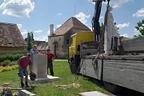 Hradiště chystá pouť a oslavu věrozvěstů, sv. Cyrila a Metoděje. U dvora probošství proto stojí už od středy stále ještě zahalená socha knížete Rastislava.