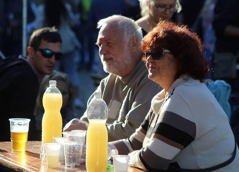 Slunce babího léta do nápojů píchalo...