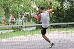 Nohejbalového turnaje v prostorách znojemské pivní zahrádky Na Školce se třetí srpnovou sobotu zúčastnilo šest týmů.