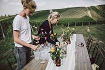 Monika Jilková (vpravo) při pořádání svateb ve vinicích.