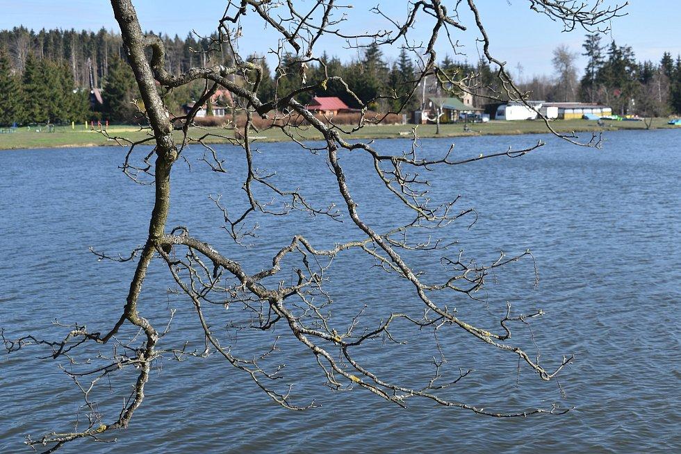 Rybník, vyhlášený kemp, krásná příroda a čistý vzduch. A také rozsáhlá rekreační oblast s několika stovkami chat. Obec Suchý na Blanensku nemá o turisty nouzi.