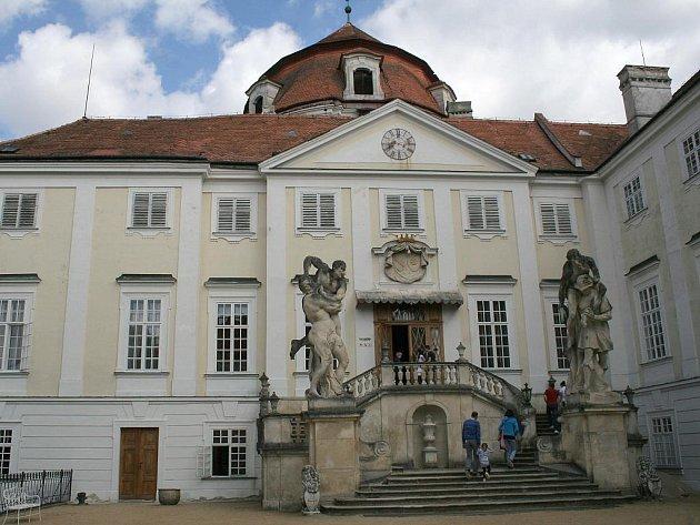 První dubnová sobota byla ve znamení prvních kroků návštěvníků v interiérech zámků a hradů také na Znojemsku. Své první hosty přivítali i ve státním zámku Vranov nad Dyjí.