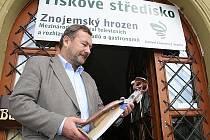 Ředitel festivalu Znojemský hrozen Ladislav Jíša zahajuje v úterý čtyřdenní maraton soutěžních snímků o gastronomii z celého světa.
