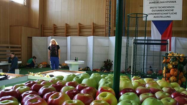 První česko-rakouská zemědělská výstava ve Střední zemědělské škole ve Znojmě.