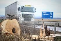 U silnic první třídy na Znojemsku kácí specializovaná firma stromy. Mají je nahradit nové.