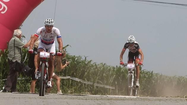 Zejména vinicemi na česko-rakouském pomezí vedl první ročník cyklistického závodu, který startoval v Hatích (na snímku první Pavel Boudný, za ním Petr Dlask).