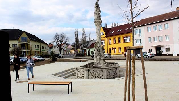 Historické milníky zapsali na náměstí do kamene