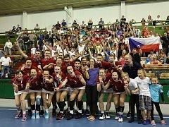 Patnáctiletý půst ukončil zisk bronzu, který podtrhlo domácí prostředí. Čeští korfbalisté do 23 let v sobotu v Olomouci vybojovali třetí místo na mistrovství světa, když v bitvě o třetí nejcennější kov přehráli v infarktovém závěru 14:13 Německo.