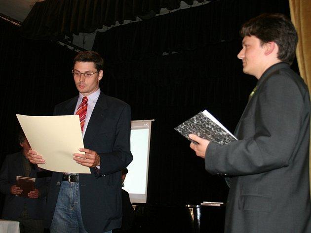 Martin Markel (vlevo) přebírá výroční cenu znojemského Okrašlovacícho spolku