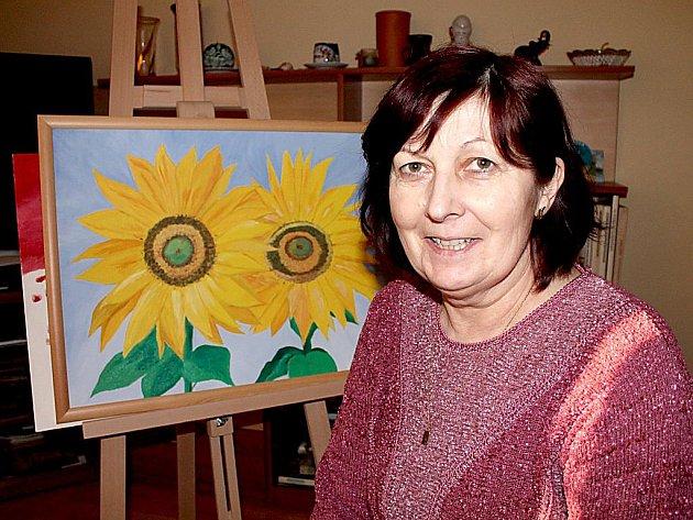 Marie Hrůzová podědila po svém otci talent a lásku k malování. Slunečnice jsou její vlastní prací.