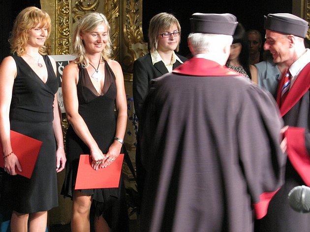 Ve Znojmě odpromovali první vysokoškoláci