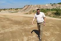 V bývalé pískovně v Božicích na Znojemsku má vyrůst skládka odpadu, místní se bojí o kontaminaci podzemních vod. Na místo se osobně přijel podívat i senátor a starosta Moravského Krumlova Tomáš Třetina (na snímku).