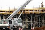 Dělníci i v mrazivých dnech pokračují na stavbě části obchvatu Znojma. Především na mostě přes ulici Přímětická.