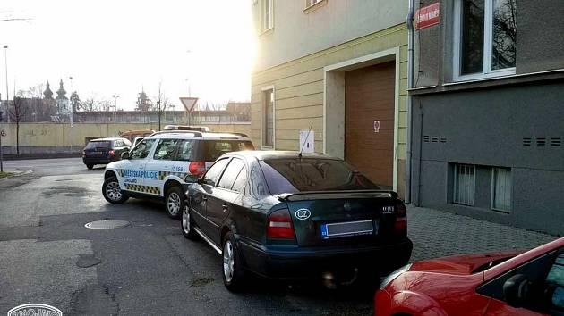 Už počtvrté přistihli znojemští strážníci ženu za volantem pod vlivem drog. Skončila v rukou státní policie.