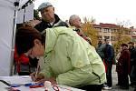 Před zahájením pochodu podepisovali lidé petici za zachování Epopeje v Moravském Krumlově.