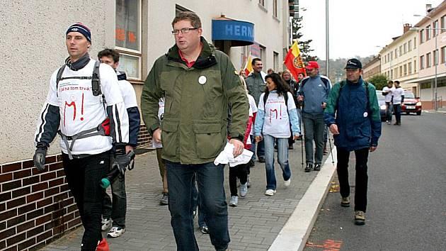 V čele pochodu starosta města Tomáš Třetina (vpravo) a Libor Štěpán.