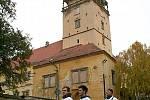 Studenti nesou tubus s požadavkem pro pražské zastupitele a peticí.