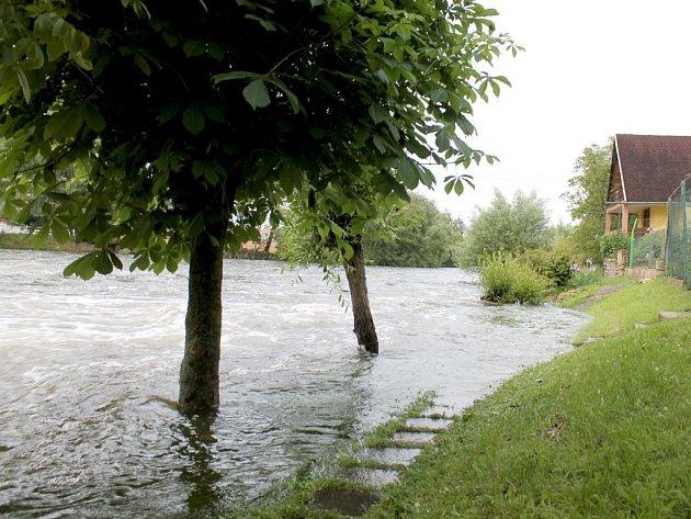 Prvního stupně povodňové aktivity dosáhla hladina Dyje pod Znojmem v neděli 2. června 2013 odpoledne.