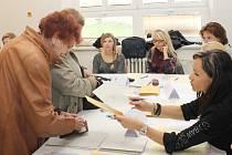 Úderem druhé hodiny odpolední se otevřela také volební místnost volebního okrsku číslo 1 v Moravském Krumlově.