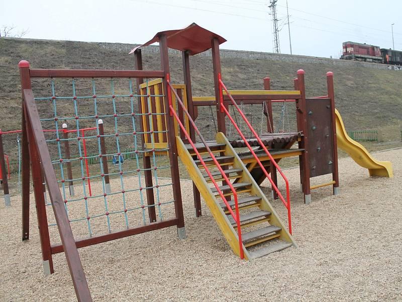 Ve Znojmě mohou děti skotačit asi na třiceti různých hřištích. Na některých herních prvcích ale může číhat nebezpečí.