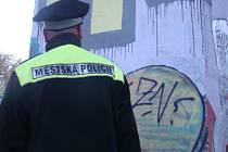 Jak a Kudy? Tato dvě slova nastříkali sprejeři na šedý mostní sloup nad železniční tratí ve Znojmě dva mladí muži. Za trestný čin jim hrozí přísný trest.