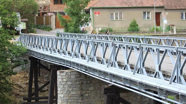 Na mostě přes Dyji pod znojemskou přehradou se uvolnilo několik prken.