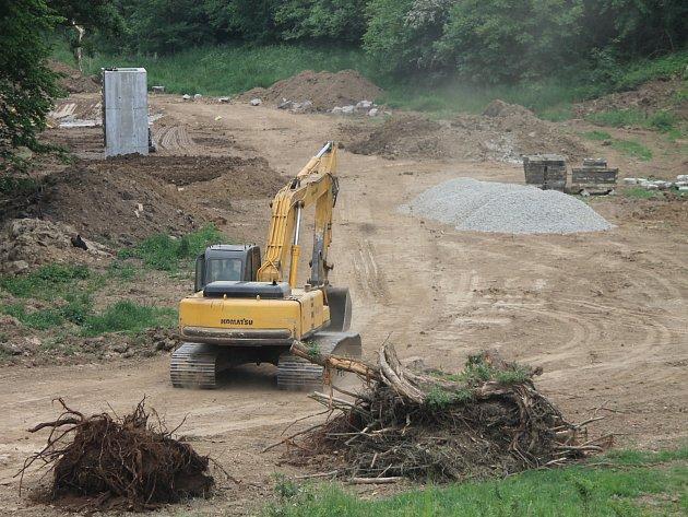 Práce na budování soustavy rybníčků v Suchohrdlech jsou v plném proudu.