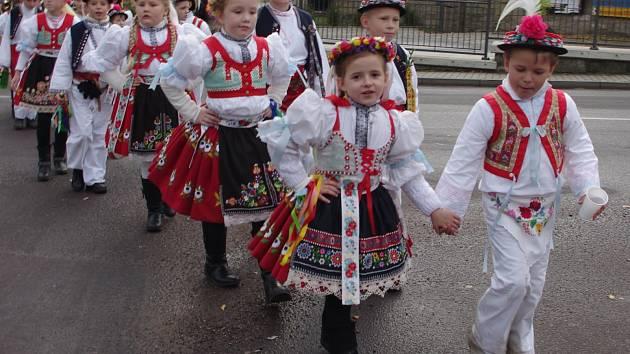 Tradičním Svatomartinským hodům dodává lesku chasa v krojích. Letos se zapojilo na devadesát krojovaných mladíků, děvčat i dětí.